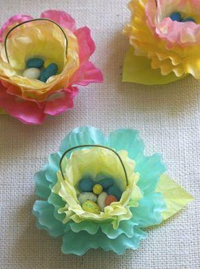 paniers en papier de soie, feuilles multicolores, avec des bonbons oeufs, idée activité manuelle paques, petit cadeau de paques à fabriquer soi meme