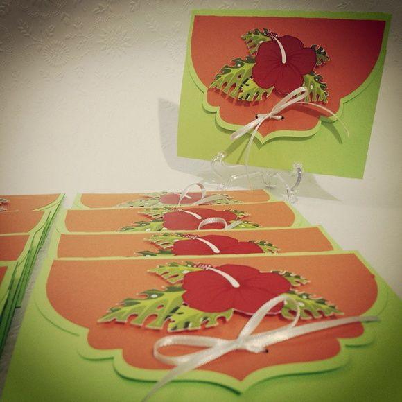 Convite para festa do Havai, festa tropical e Ula-ula  Envelope duplo com aplicação de um shape da flor hibisco na capa.  Não é possível alterar a parte interna, apenas o dizeres.  *Obs: o fechamento com fita foi alterado.  Acompanha TAG para o nome do convidado.  Não acompanha convites individuais.  Entre em contato antes de fechar o pedido! R$ 99,00