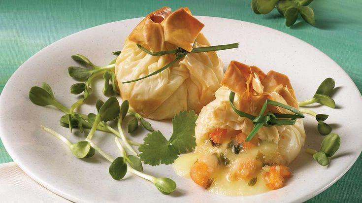 Recevez en toute simplicité en préparant cette élégante recette de baluchons aux crevettes et au brie.