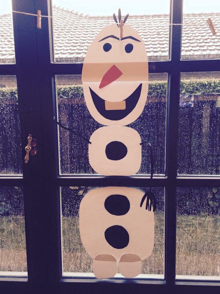 Zelfgemaakte Olaf; versiering winter op het raam. Leuke reactie van de 1-2 jarigen!