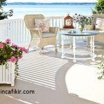 beyaz renk temalı deniz manzaralı balkon modeli