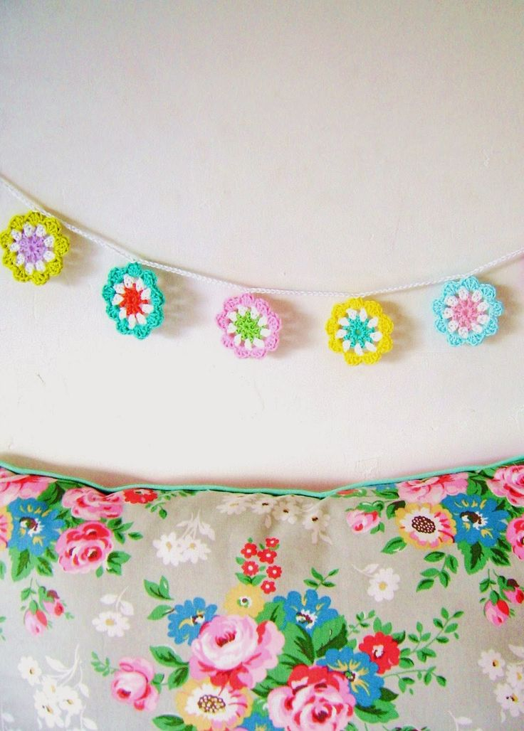 DIY: crochet a mini flower garland in bright colours... - silly old suitcase