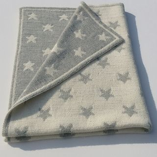 A double knitted baby blanket  for counting stars: Octave or Octavie by imawale imawale [Una copertina da neonato lavorata con la tecnica del double knitting per contare le stelle: Octave or Octavie di  imawale imawale]