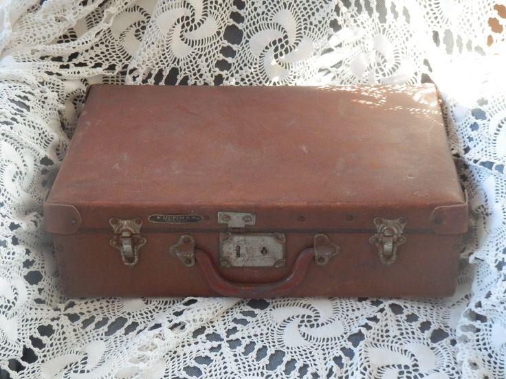 Te koop. Superleuk oud bruin koffertje. Met zelfs een leuke binnenkant, een klein motiefje. Voor 21 euro te koop.