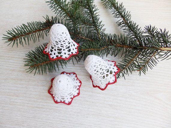 Set von 3 Spitzen häkeln Weihnachtsglocke Ornamente, handgefertigt aus weißen und roten reiner Baumwolle. Urlaub Wohnkultur für verschiedene feiern. Dekorieren Sie Ihr Zuhause mit etwas stilvoll. Lauschen Sie dem Klang der Glocken... Waschen Sie nicht die Glocken! Sie sind versteift und für eine große Form blockiert. Speichern Sie in einer Kiste in trockenen Ort während sie nicht zu benutzen. Größe: Höhe 5,5 cm (2,2 Zoll) Vielen Dank für Ihren Besuch in meinem Shop! Meine anderen…