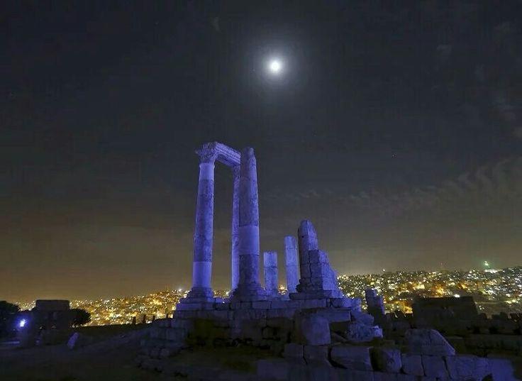 赫拉克勒斯神庙遗址 Temple of Hercules 亮起蓝色灯光,庆祝联合国成立70周年,约旦 Jordan 安曼 Amman。神庙建于162年至166年,由6根高约10米的石柱构成,是安曼城中最具代表性的古罗马建筑。摄影师:Muhammad Hamed