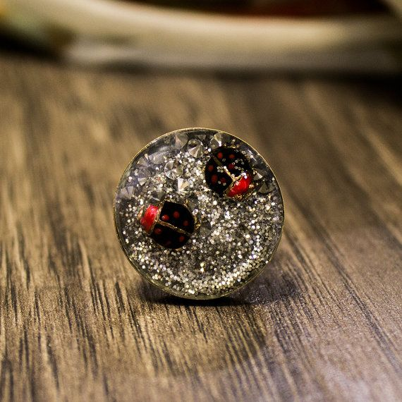 Handmade ring made out of resin, silver glitter and two adorable ladybugs. It has adjustable size and flat form. This is a fabulous ring to wear everyday. The item is handmade and only one piece. Guaranteed uniqueness.