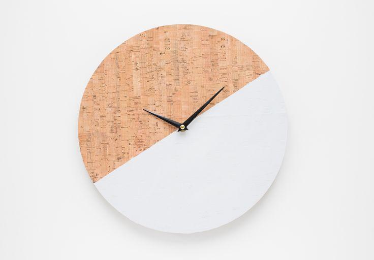 Heute zeige ich euch wie man aus einer alten Wanduhr ganz einfach eine DIY Kork Wanduhr gestalten kann. Hier gehts zur Anleitung...