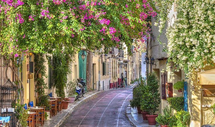 Με τις πρώτες ανοιξιάτικες λιακάδες, η Πλάκα αναδεικνύεται στην πιο αγαπημένη βόλτα στην πόλη. Για καφεδάκια στον ήλιο, ρομαντικούς περιπάτους στα πανέμορφα στενά και στάσεις για τσιμπολόγημα και ποτό σε αυλές που ευωδιάζουν γιασεμί και παλιά Αθήνα. Ιδού τα πιο αγαπημένα μας στέκια στην ιστορικότερη συνοικία της πόλης.