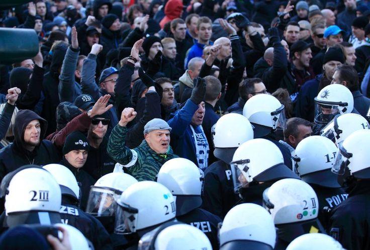 Nach Ausschreitungen: Polizei löst Pegida-Demo in Köln auf - SPIEGEL ONLINE - Politik