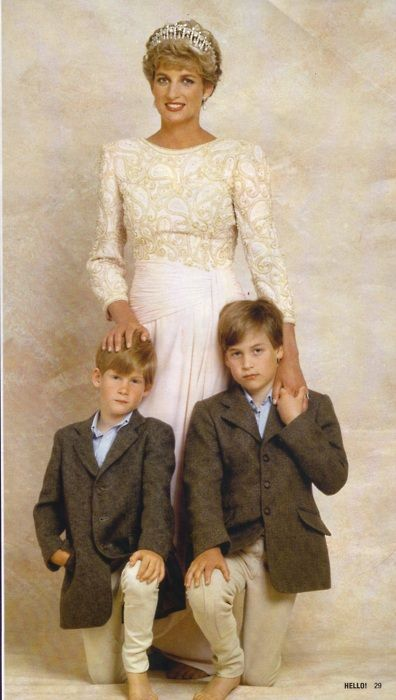 Prince Harry (L) and Prince William (R) with their mother, Princess Diana