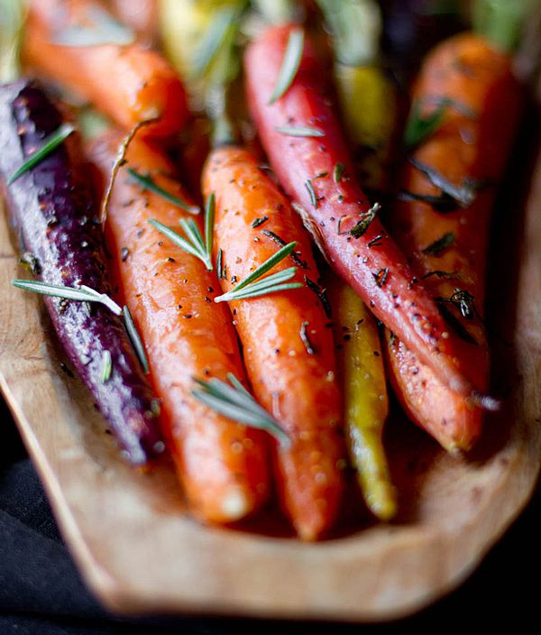 rosemary roasted carrots ingredients 2 bunches of small carrots (about 24), peeled 1 tbsp. olive oil 1 tbsp. minced rosemary salt and pepper instructions Preheat oven to 400 degrees. Toss carrots with olive oil on a rimmed baking sheet. Sprinkle with rosemary, salt & pepper. Bake 20-25 minutes or until tender.