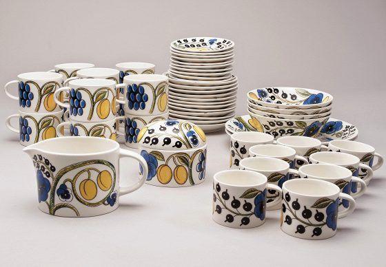 """Arabian Paratiisi-aamiaisastiasto. Suunnittelija Birger Kaipiainen, vuodelta 1969. Posliinia. Esimerkkihinta 1 200 euroa (29 osan sarja, jossa 12 teekuppia ja lautasta, 9 kahvikuppia ja lautasta, 2 isoa lautasta, 4 kulhoa, kannu ja kannellinen rasia). """"Tämäkin on kestosuosikki, jota on ollut myös uudistuotannossa. Koristeita on tehty sekä värillisinä että värittöminä."""""""