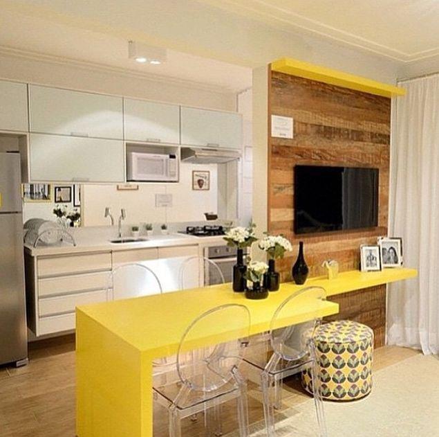sala e cozinha, separando o espaço com uma bancada americana e um