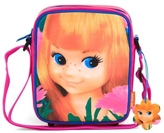 Schoudertasje van glanzend roze kunstleer met blauwe details. Lekker veel vakjes en een verstelbare schouderriem. 22x7x26 cm. Lief meisjestasje. Popjes Art. 29,95