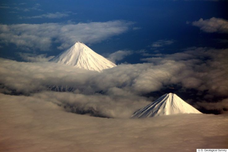 Mt.Cleveland, Mt.Carlisle アメリカ・アラスカ州アリューシャン列島フォー・マウンテンズ諸島、左:クリーブランド山、右:カーライル山
