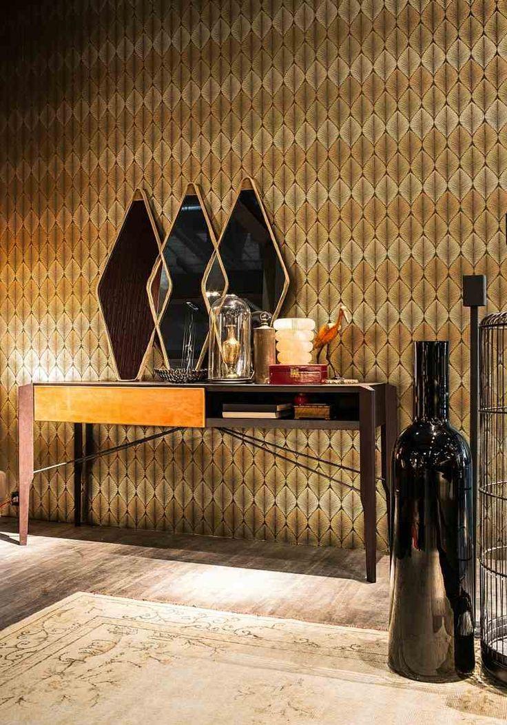 Orientalische Möbel - Ein Schminktisch mit Spiegel und Tapete im marokkanischen Stil