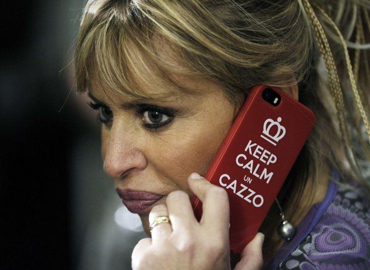 Singolare cover del cellulare per Alessandra Mussolini, candidata alle  Europee nel Lazio per Forza Italia. La senatrice è stata immortalata  mentre parlava al telefono e sul retro compare la scritta: 'Keep calm un  c...'. Quasi un avvertimento per chi volesse consigliarle un  atteggiamento s