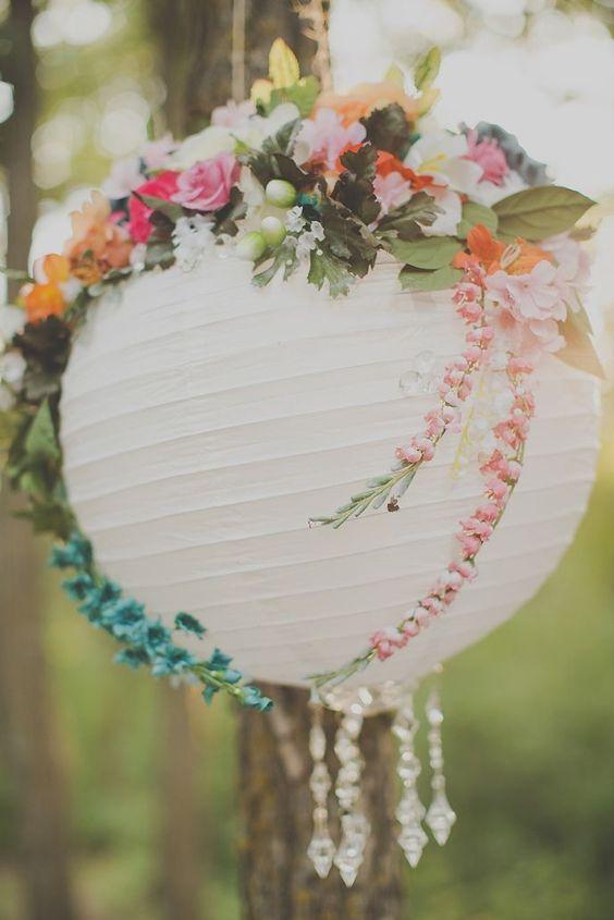 Combina lamparas Chinas con Guirnaldas de cristal y un arreglo floral para dar un toque original a tus decoraciones
