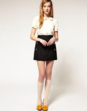 petit haut col claudine, jupe droite, chaussettes hautes montant jusqu'aux genoux, petites chaussures jaunes. J'adore ! ♥