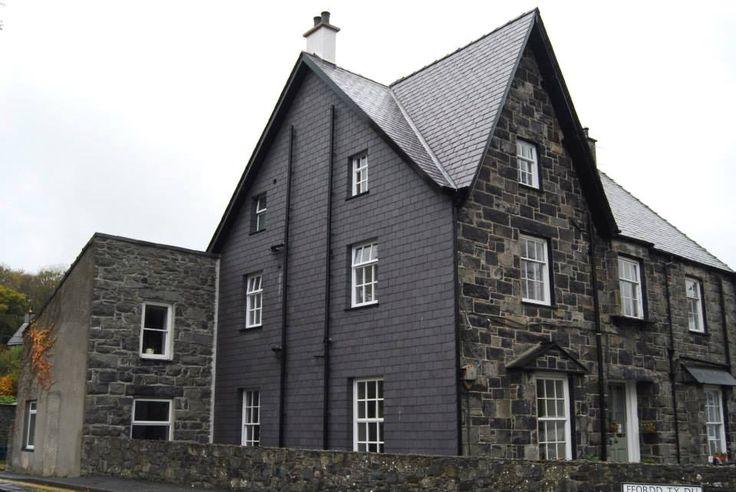 Английский дом. В качестве кровельного материала использовался сланец Welsh Slate Penrhyn Heather Blue. Фасад, сланцевый сайдинг, из этого же камня. Мой дом, Моя крепость!