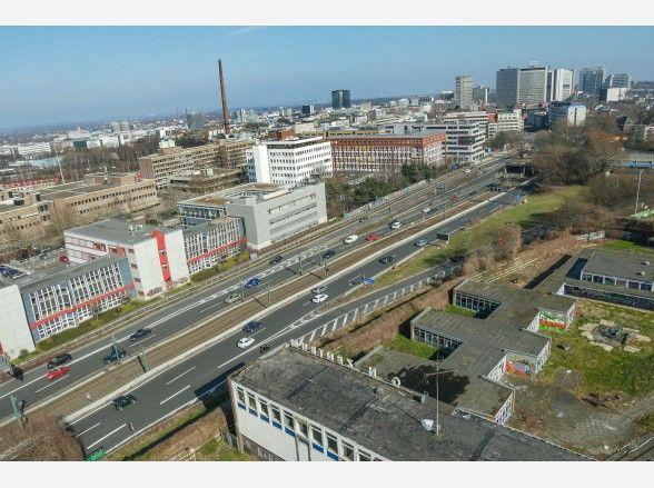 Diese Multicopter-Aufnahme enstand über dem ehemaligen Jugendzentrum in Holsterhausen, mit Blick in  in Richtung A40 und Essener Innenstadt.