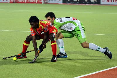 Defending champions Ranchi Rhinos rode on Ashley Jackson's late penalty corner conversion to register their first win in the Hero Hockey India League (HHIL) 2014 by beating Delhi Waveriders with a solitary goal in a keenly-contested league match at the Birsa Munda Hockey Stadium in Ranchi today.
