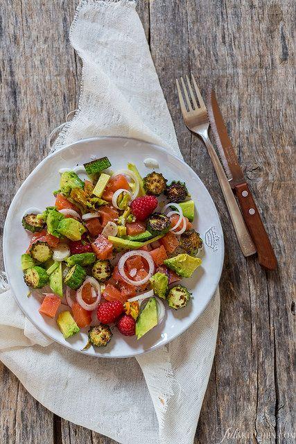Insalata di salmone, cipolla e avocado  Salmon, avocado, onion, zucchini and raspberry salad