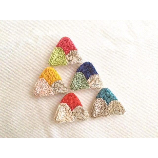 ▲ お久しぶりです❁ ほんの少しですが在庫のあるものだけiichiさんとminneさんにて再販しております↟  プロフィールのブログからそれぞれのリンク貼ってあります♩  #刺繍 #ハンドメイド #アクセサリー #ブローチ #brooch #embroidery #handmaid #accessory #minne #creema #iichi