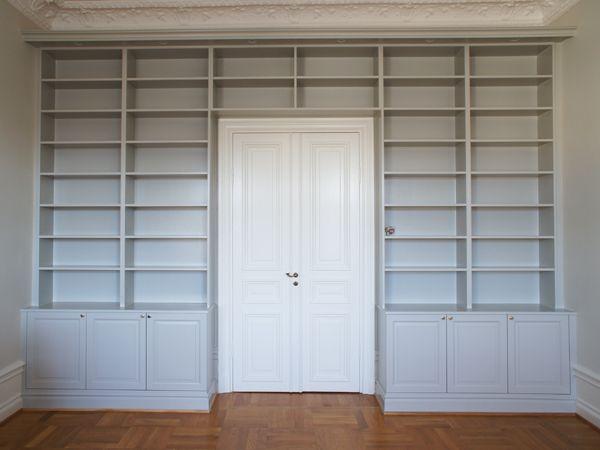 platsbyggd bokhylla i sekelskiftessil