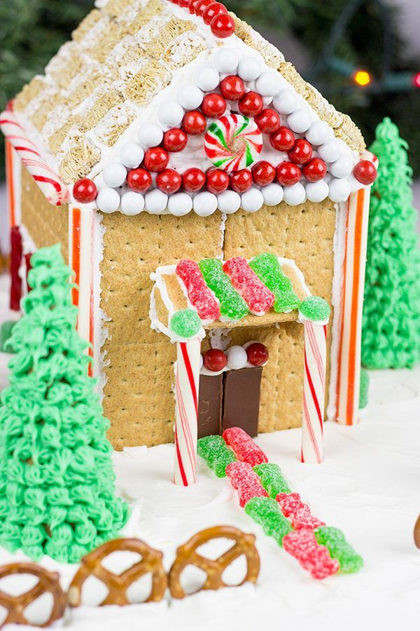 Have you ever made a {Holiday Gingerbread House}?  Here are some tips and tricks using Honey Maid graham crackers! This is a great Christmas activity with the kids!  #ad