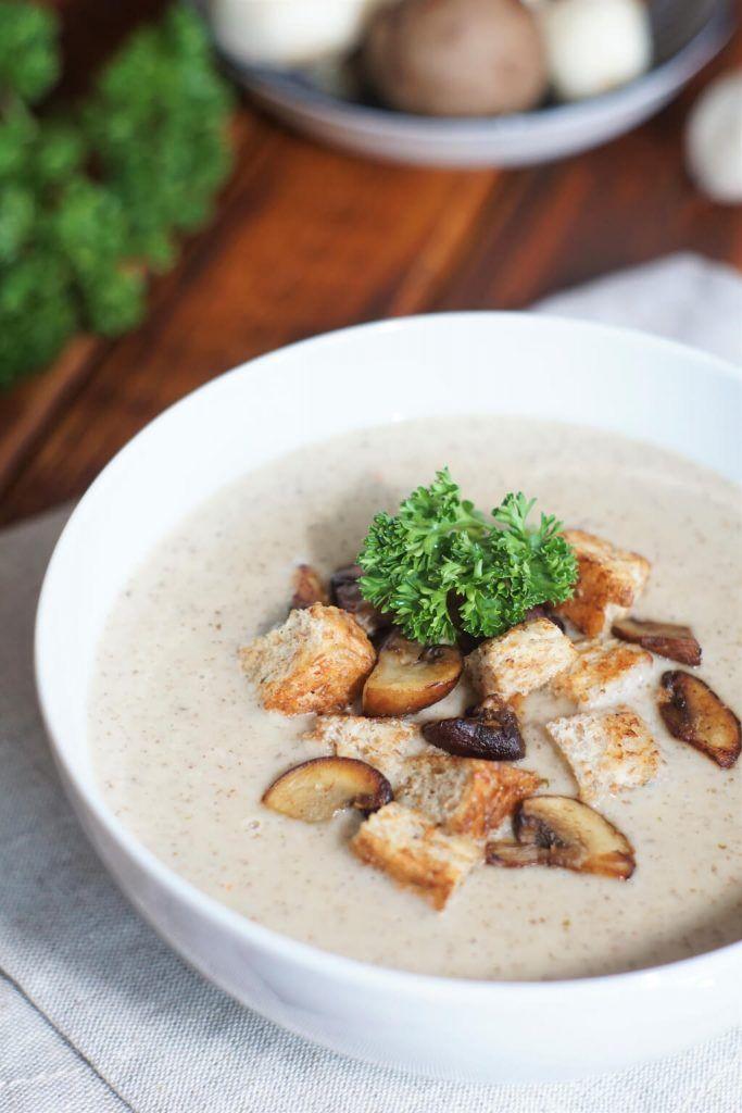 Champignoncremesuppe mit Pilzeinlage und Croutons