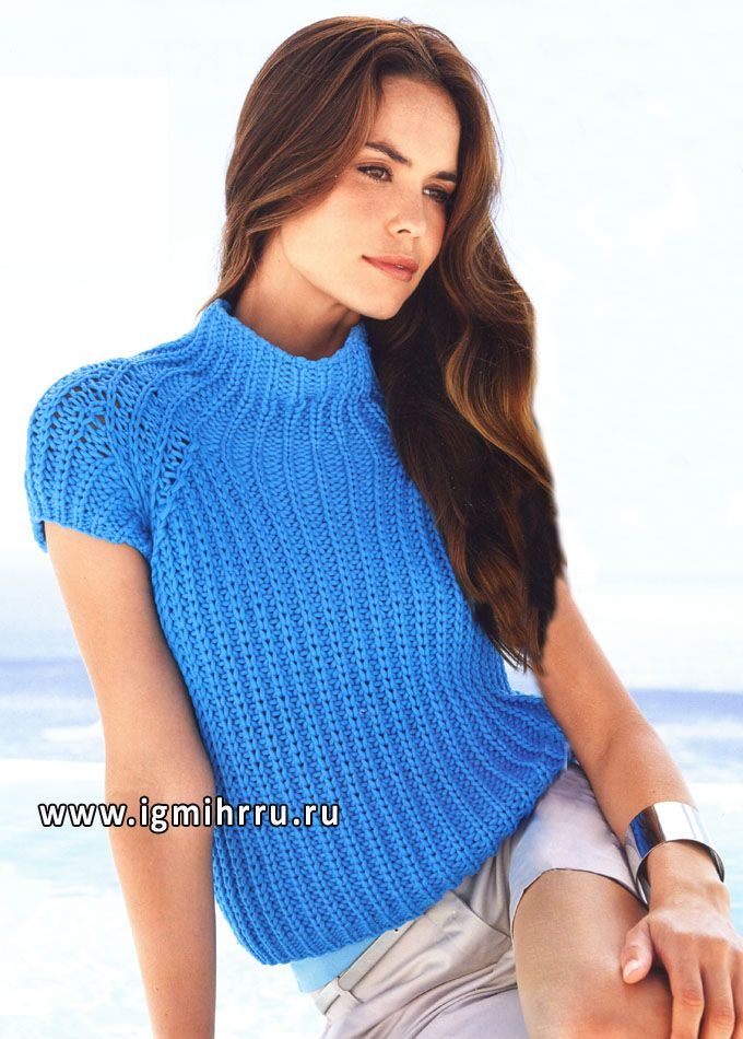 Стильный и комфортный пуловер-реглан насыщенного голубого цвета. Спицы