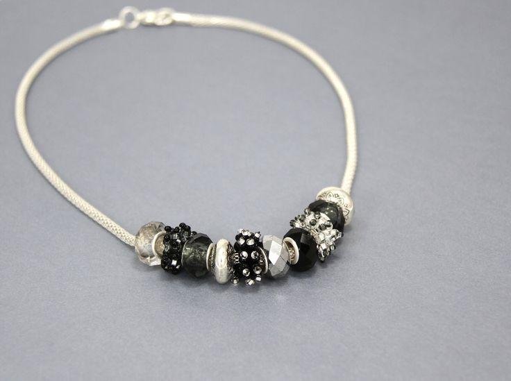 Fabriquez plusieurs perles en tissage peyote et jumelez vos magnifiques créations tissées avec un astucieux mélange de Pandora.  #Bijou #Bijoux #Creation #Perle #Bille #Beads #Jewelry #Jewel #Necklace #Handmade #Craft #DIY #Create #Workshop Cliquez pour voir les dates d'atelier disponible!