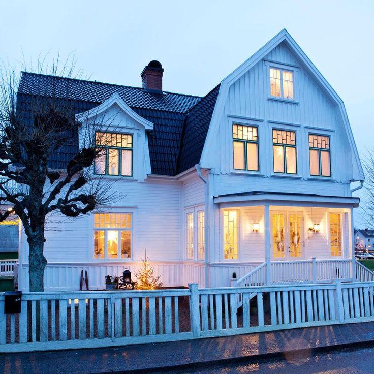 TILLBAKA TILL DÅTIDEN I HERRLJUNGA   Familjen Sundberg Holm har totalrenoverat hela huset – men det syns inte. Strävan har varit att återskapa den tid som flytt, närmare bestämt 20-talet. På 20-talet kom herrgården tillbaka som förebild och en vacker nyklassicism med drag från både antiken och renässansen växte fram. Det stämmer väl med familjen Sundberg Holms hem.