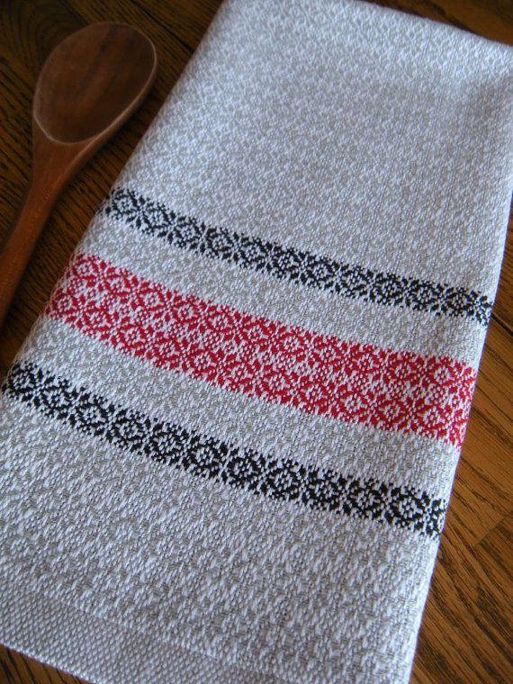 Tissé torchon conçu avec une main traditionnel suédoise tissage motif d'étoiles blanches nettes avec un fond gris clair avec rayures noires et blanches de complémentaires en fil cotlin. J'ai cousu un onglet traditionnel suédois LIN suspendus dans l'ourlet de la serviette pour faciliter l'accrochage.  Le fil cotlin est filé avec 60 % Lin et 40 % coton produisant un fils qui est beau, absorbant et longue porter. Fils de COTLIN ajoute à la beauté et la longévité de ce textile.  Serviettes de…