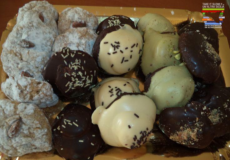 La festa dei morti è una ricorrenza molto sentita in Sicilia e in tale occasione si preparano diversi dolci: Rame di Napoli (dolci dal morbido impasto al cacao ricoperti di cioccolato fondente), i Taralli(deliziose ciambelle rivestite di glassa zuccherata), i Tetù bianchi e marroni(biscotti spolverizzati di cacao o zucchero o glassa al limone), i Crozzi 'i mortu (le ossa di morto, piccoli biscottini molto duri a base di farina,zucchero,chiodi di garofano, acqua e cannella) e la frutta…