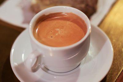 Café le moins cher de Paris : Du lundi au samedi de 9h à 12h30, le lundi et du mercredi au vendredi de 14h à 18h (17h le vendredi). - Au bar les Petits Frères, dans le 17ème arrondissement de Paris, le café à 0,45 € et le petit déjeuner à 1,60 € (tartines, jus d'oranges, confiture et boisson chaude).