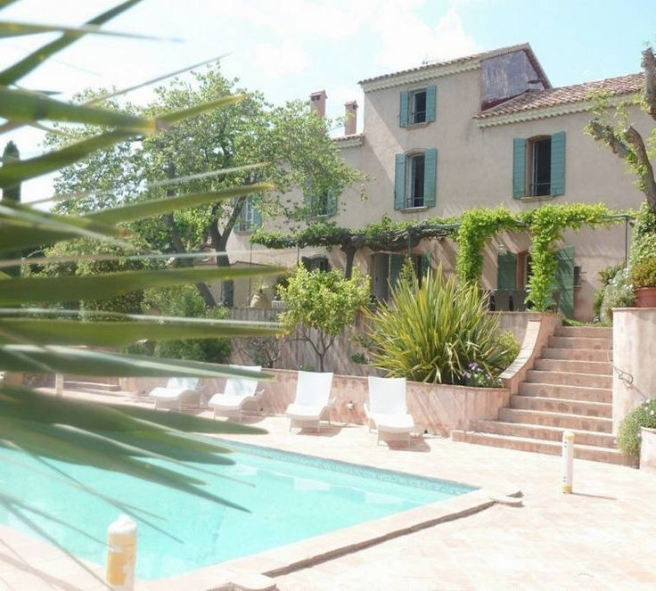 Maison à Saint-Tropez, France. BEFORE you book please ask for availability ! Calendar may not be updated all the time. My place is close to the beach, parks, great views, restaurants and dining, and art and culture. You'll love my place because of the outdoors space, the neighb...