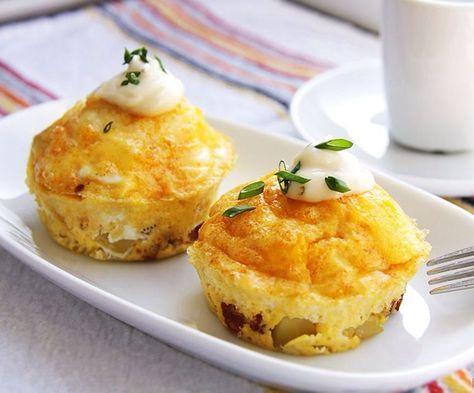 Мини омлеты Ингредиенты:  Яйцо - 2 шт.  Луковица - 1 шт.  Оливковое масло - 1 ст. л.  Натертого твердый сыр - 2 ст. л.  Укроп - несколько веточек  Черный перец - по вкусу  Наполнитель по желанию, это могут быть: свежие/замороженные овощи, либо отварная курочка,либо грибы и т.д