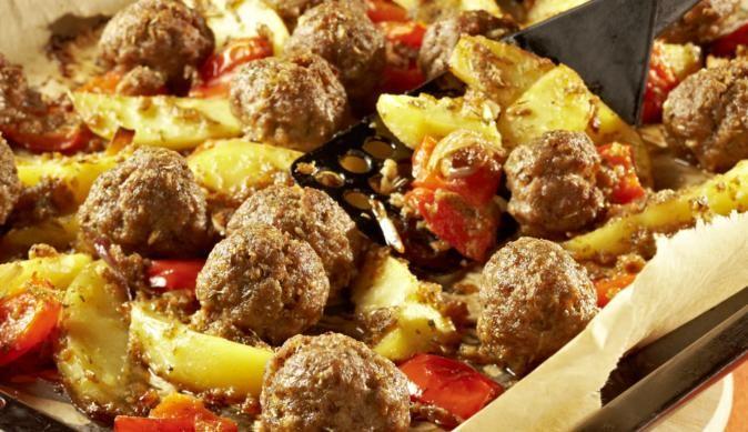 Für das herzhafte Ofen-Gemüse benötigst du knackige Paprikaschoten, Kartoffeln und Zwiebeln. Die deftigen Hackbällchen aus dem gemischten Hackfleisch formen und ab in den Ofen.