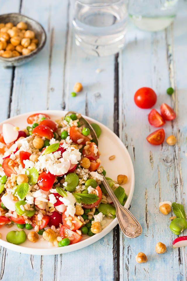 Tuinboontjes en tomaat salade met gemengde granen en feta