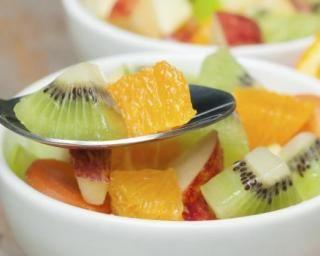 Salade de fruits aux kiwis, oranges, pommes et pamplemousse : http://www.fourchette-et-bikini.fr/recettes/recettes-minceur/salade-de-fruits-aux-kiwis-oranges-pommes-et-pamplemousse.html