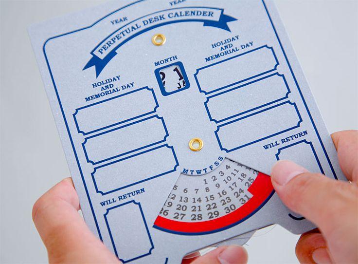 マンスリータイプのダイアル式万年カレンダーです。 厚手のボード紙に箔押しのグラフィックも雰囲気があります。 記念日などを書き込むスペースを設けていますので大切な日を記入できます。 ダイヤルを回して月/日付を変える、今では […]