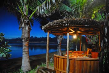 La Bobine - Vous accueille face au lagon et les pieds dans le sable. le restaurant vous propose un large choix de salades, de carris, de poissons frais, de carpaccios et tartares et de desserts maison.