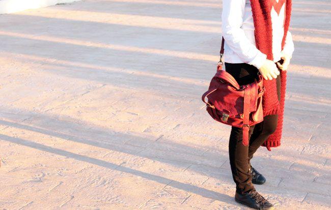 Combinación de tres colores: skinny jeans negros de Zara SS15, sudadera M blanco y granate de Mango AW14 y bufanda de Zara AW14 y bolso de Suiteblanco de otra temporada en granate. Converse negras de piel de otra temporada.