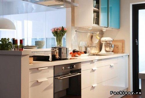 Ящики и шкафчики можно подобрать под цвет стен, что визуально расширит пространство небольшого помещения. Так же этому будут способствовать глянцевые фасады кухонной мебели