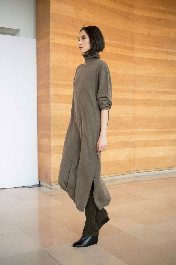 23. Turtle neck dress in cashmere / Gaiters in knitted yak wool / Boots in calf leather