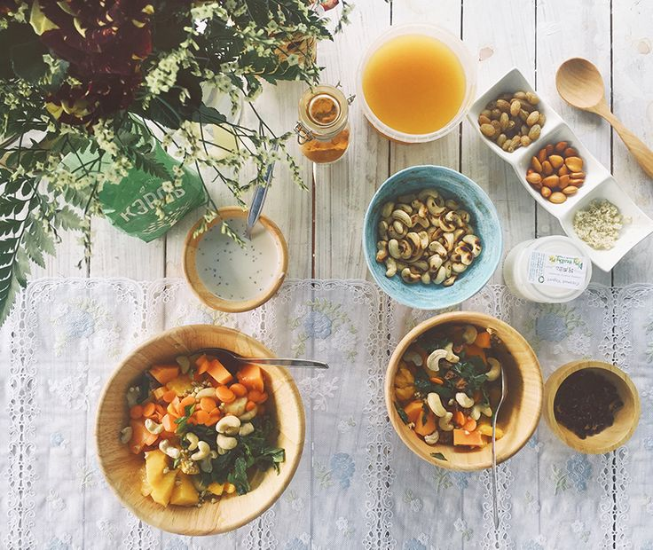 Завтраки и ужины  Заряженные на добро и положительные изменения, готовятся поваром на вилле специально для нас. Ну очень вкусная вегетарианская кухня. Завтраки преимущественно фруктово-сыроедческие, с высокой долей полезных для тела и ума веществ. Меню разрабатывается совместно нашей командой и приглашенным поваром. В нем много сезонных фруктов и овощей, ягоды, салаты, зелень, проростки, крупы, бобовые, суперфуды, сыры, орехи, сухофрукты, масла.