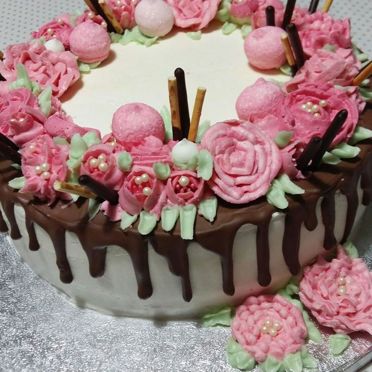 """Torta per il 17° compleanno di mia figlia Chiara  Per la decorazione ho realizzato dei fiori utilizzando la """"crema al burro meringata"""""""